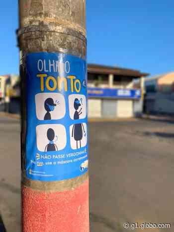 Grupo espalha cartazes com sátira ao uso incorreto de máscara em Piracaia: 'Olha o tonto aí' - G1