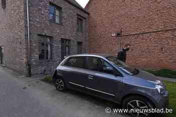 Vrouw (63) knalt tegen geparkeerde wagens en gevel van huis - Het Nieuwsblad