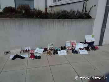 Eltern-Aktion in Mallersdorf-Pfaffenberg - Kinderschuhe als Protest gegen Corona-Selbsttests für Schulkinder - idowa