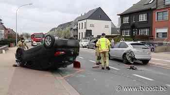 Haaltert: Auto belandt op dak na botsing, bestuurder gewond - TV Oost
