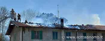 Sei metri di tetto in fiamme a Triuggio in una cascina con otto appartamenti: incendio arginato dai vigili del fuoco, nessun ferito - Il Cittadino di Monza e Brianza