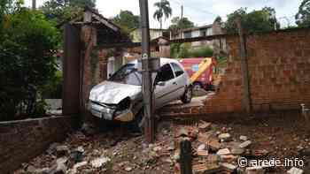 Carro derruba muro na serrinha da Palmeirinha   A Rede - Aconteceu. Tá na aRede! - ARede