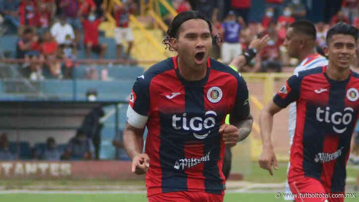 Gullit Peña vive gran momento en El Salvador