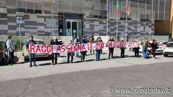 """Emergenza abitativa, flashmob del Pd davanti all'assessorato: """"Raggi assegni le 200 case dell'Ater"""""""