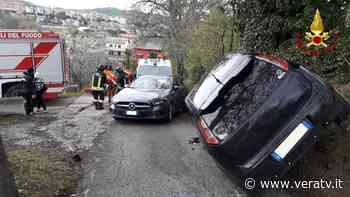 Scontro a Tolentino, un'auto rimane in bilico. Ferito trasportato all'ospedale di Macerata - Vera TV