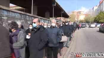 Rabbia a Nuoro, centinaia di anziani in coda al freddo per fare il vaccino - Corriere TV