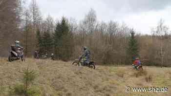 Umweltfrevel in Aasbüttel: Motocross-Fahrer sorgen für Lärm und Schäden im Biotop | shz.de - shz.de