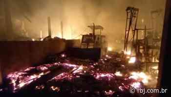 Incêndio atinge curtume em Coronel Vivida — Grupo RBJ de Comunicação - RBJ