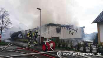 +++ Haus in Baunatal abgebrannt +++ 450 Jahre alter Baum muss umziehen +++ Feuer im Gefängnis in Weiterstadt +++ - hessenschau.de