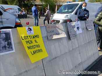 Al mercato di Orbassano la protesta degli operatori non alimentari: «Così non possiamo andare avanti» - L'Eco del Chisone