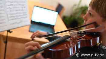 Musikschulen geschlossen: Kinder musizieren vor dem Bildschirm
