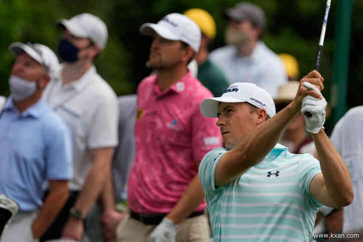 Weather delay suspends Masters 3rd round, Spieth trails by 3