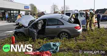 Auto crasht en komt tot stilstand tegen reclamepaneel supermarkt in Retie - VRT NWS