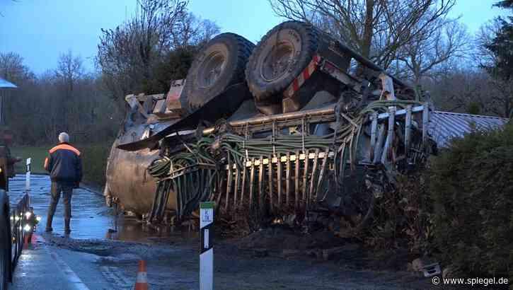 Unfall in NRW: Umgekippter Anhänger verliert 18 Tonnen Gülle – Keller vollgelaufen - DER SPIEGEL
