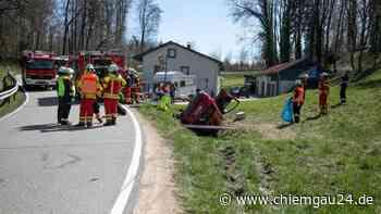 TS7/Tittmoning: Mercedes-Fahrer kommt in Linkskurve von Straße ab und landet schwerverletzt im Graben - chiemgau24.de