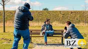 Jugendliche mit Handicap gehen mit der Kamera auf Motiv-Jagd
