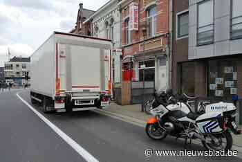 Politie laat vrachtwagens in centrum Willebroek rechtsomkeer... (Willebroek) - Het Nieuwsblad
