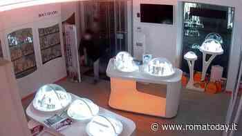 """Ladri saccheggiano boutique del centro, titolare pubblica le foto del furto: """"Chiudo lo store di Roma"""""""