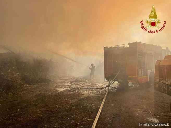 Sesto Calende, incendio in un'azienda agricola: fumo visibile a chilometri di distanza - Corriere della Sera