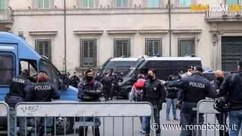 Roma blindata, i manifestanti a piazza San Silvestro. Lancio di bottiglie e petardi. Presenti anche no mask e fascisti