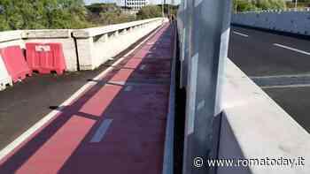 """Ciclabile Magliana, presentato un esposto: """"Con i lavori del ponte la sicurezza è peggiorata, i paletti sono pericolosi"""""""