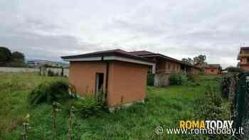 Lunghezzina: è cresciuta una giungla intorno alla scuola mai aperta di via Monte Michelangelo