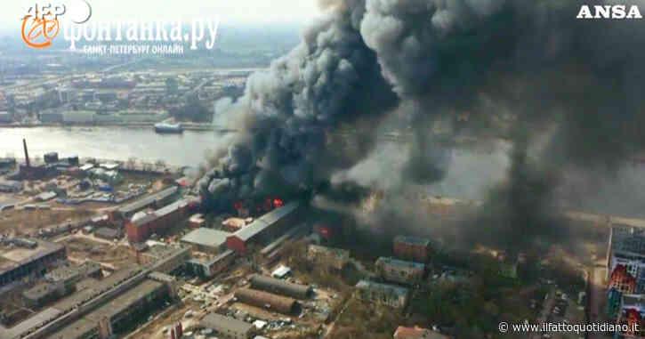 Russia, gigantesco incendio in fabbrica storica di San Pietroburgo: la nube di fumo nero è visibile in tutta la città – Video