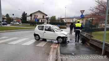 Auto sbanda, centra un autocarro fermo al semaforo e poi finisce contro un muro: 23enne ferito - Il Giornale di Vicenza