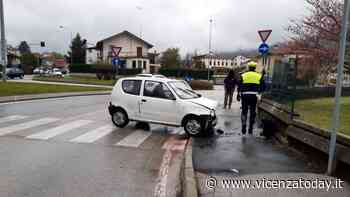 """Auto """"impazzita"""" urta un furgone fermo al semaforo e finisce contro un muretto - VicenzaToday"""
