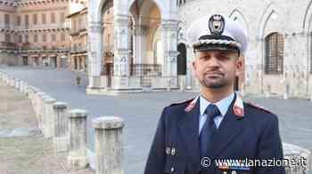 Siena, fa i bisogni per strada: multato dai vigili. E costretto a ripulire - LA NAZIONE