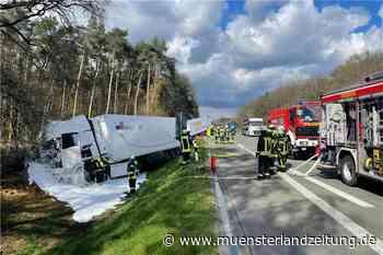 Zwei Lkw liegen nach Unfall auf der A31 im Straßengraben - Münsterland Zeitung