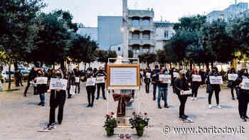 """I commercianti in piazza tra cartelli e lutto: """"Stanchi della crisi Covid, lasciateci riaprire"""" - BariToday"""