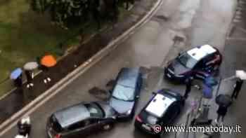 Gta piazza Bologna: inseguito dai carabinieri, si scontra contro un'auto in contromano e scappa