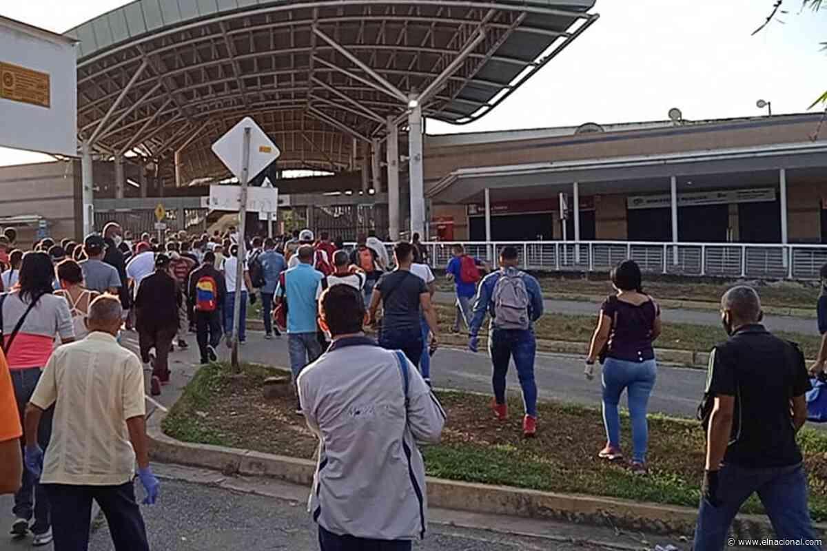 Retraso para acceder al ferrocarril generó larga cola y aglomeración de usuarios en Cúa - El Nacional