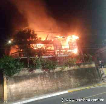 Vídeo flagra momento em que incêndio destrói casa no Centro de Videira | NSC Total - NSC Total