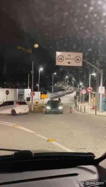 Carro de luxo blindado fura bloqueio na ponte Hercílio Luz; dois ficam feridos em Florianópolis - G1