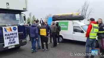 Ambulanti campani bloccano l'autostrada Roma-Napoli: «Riaprite i mercati subito» - Corriere TV