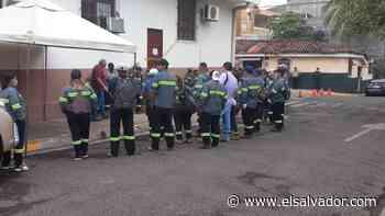Empleados de la alcaldía de Sonzacate suspenden labores por falta de salarios - elsalvador.com