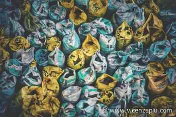 Montecchio Maggiore, getta rifiuti pericolosi a terra: multa da 1200 euro per un ultraottantenne - Vicenza Più