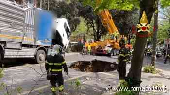 VIDEO | Voragine di 10 metri sui Colli Portuensi, il recupero del camion sprofondato. Deviate linee bus