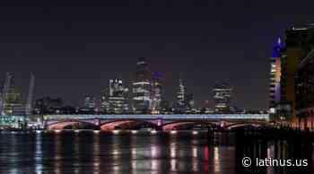 Iluminan 9 puentes del río Támesis en Londres para obra de arte pública - LatinUs