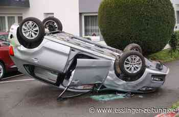Schwerer Unfall in Denkendorf: 87-jähriger Fahrer kracht gegen mehrere Bäume und überschlägt sich - esslinger-zeitung.de