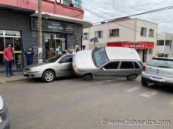 Colisão entre veículos chama atenção no Centro de Siqueira Campos - Folha Extra