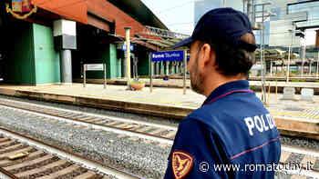 Caos in stazione: si toglie la maglia e sputa contro gli agenti