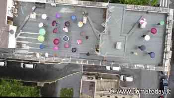 """Quarticciolo, il flash mob dei residenti disegna un '110%' sul tetto delle case popolari: """"Usate l'ecobonus"""""""