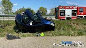 Auto si ribalta lungo il rettilineo di Volpiano: conducente miracolosamente illeso - TorinoToday