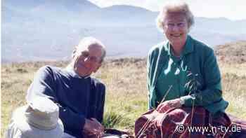 Als Pärchen im schottischen Gras: Queen teilt Privatfoto mit Prinz Philip