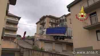 Palermo, rimosso il camion in bilico sulle case a Caccamo - Italia - Agenzia ANSA