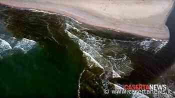 Schiuma bianca e puzza nauseabonda alla foce del Lago Patria - CasertaNews