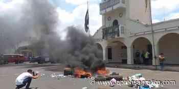 Empleados de alcaldía de Atiquizaya protestan por falta de pago de 3 meses de salarios - La Prensa Grafica